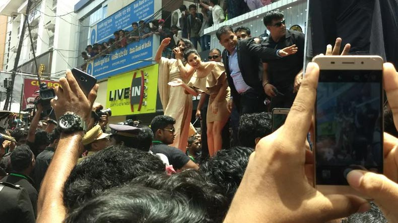 Sunny Leone visited Kochi, Fans go gaga over her