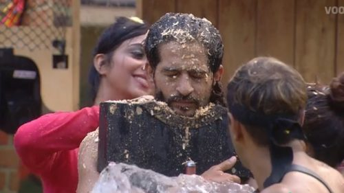 Bigg Boss 11: Despite repeated warnings, 'flirt' Arshi Khan tries to seduce Hiten Tejwani again