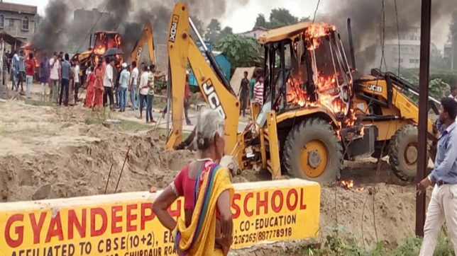 Public-police clash in Patna during anti-encroachment drive