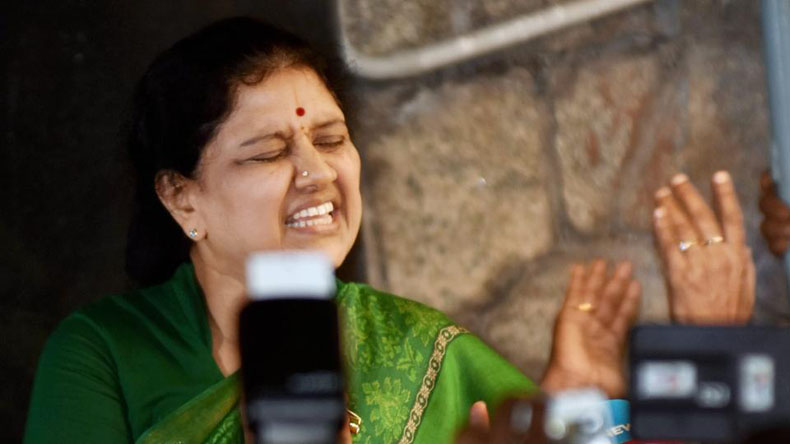 Income tax officials raid Sasikala's rooms, Jayalalithaa PA office at Poes Garden