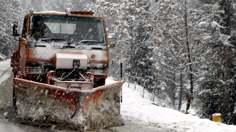 Jammu-Srinagar highway remains closed following landslides; Kashmir Valley freezes at sub-zero temperatures
