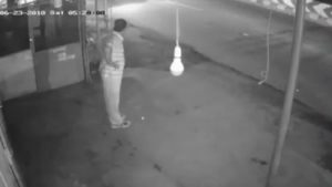 man steals bulb, man steals bulb exercise, man exercise bulb theft, bulb theft video, bulb theft viral video, trending news