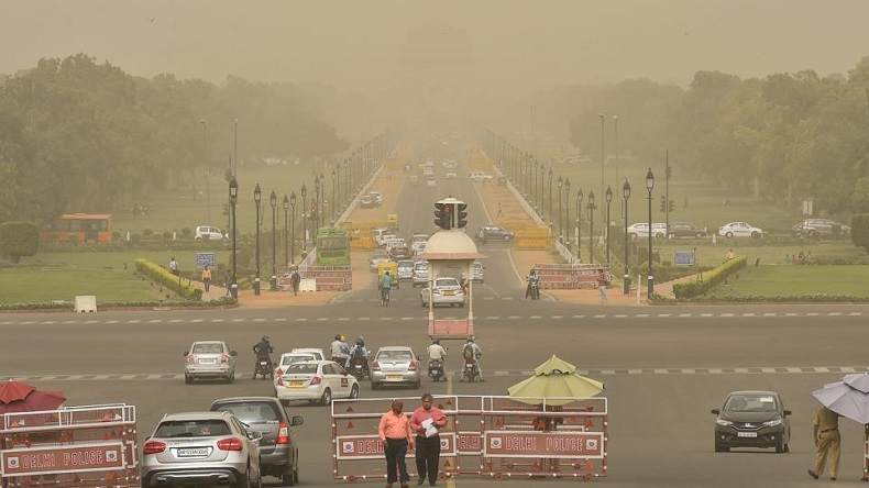 Air quality in Delhi deteriorates after dust storm hits western India, doctors advice to use mask