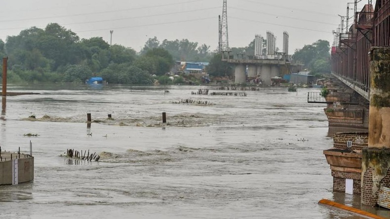 Burgeoning Yamuna threatens life in Delhi, over 1,000 families evacuated from nearby regions