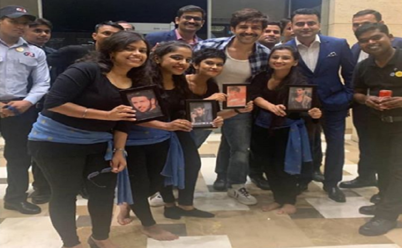 Kartik Aaryan poses with fans in Lucknow, see pictures